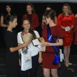 Вручение нашей мисс сертификат на услуги студии
